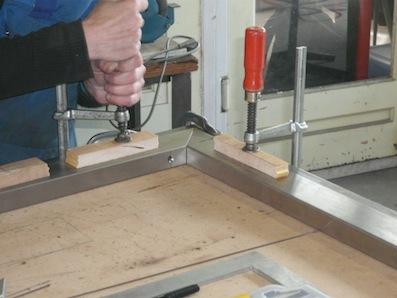 Een uitschuifbare tafel op maat kalander meubelmakerij voor